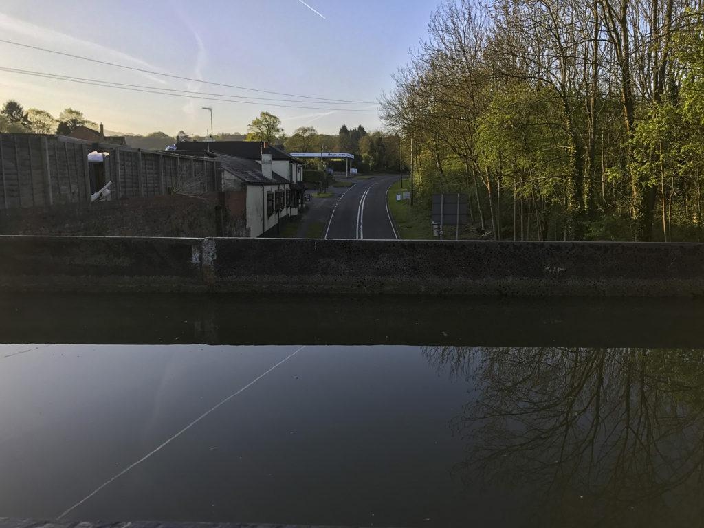 Egy csatorna a főút felett avagy út, a csatorna alatt