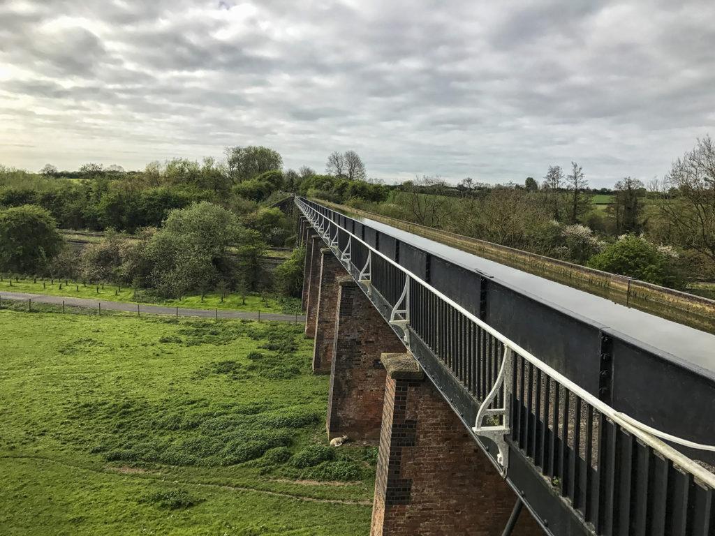 Csatorna a vasút felett, avagy vasút a csatorna alatt.