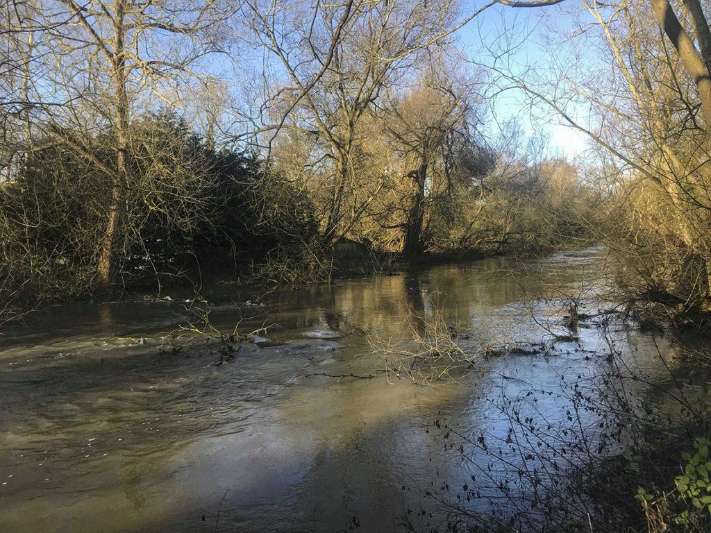 áradó kis angol folyó, small flooding river